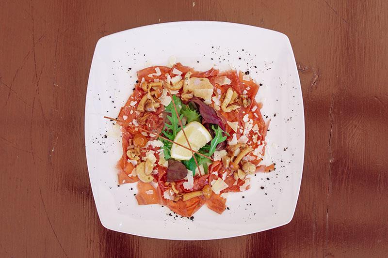 Carne salada con funghi e scaglie di grana